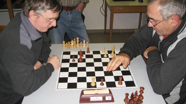 Roman Vince (vlevo) v partii se silným hráčem  Karlem Brodinou.