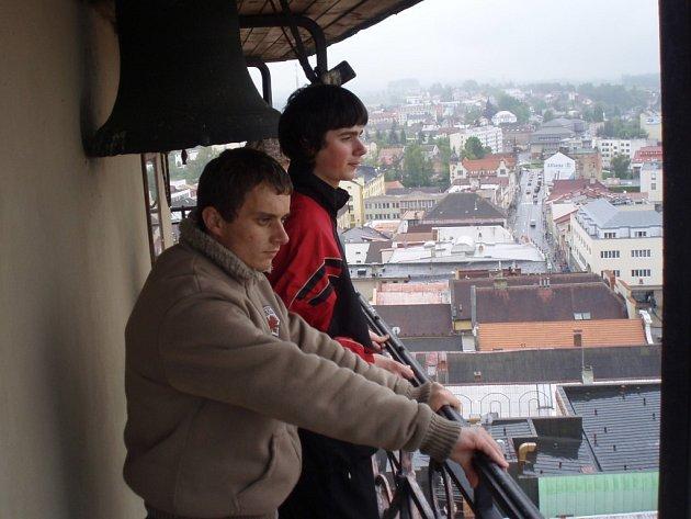 Studenti z Česka a Slovenska společně vystoupali také na brodskou kostelní věž nad náměstím.