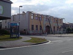 Velká hospoda přišla nejdřív o střechu, dnes zůstaly už jen rohové zdi.