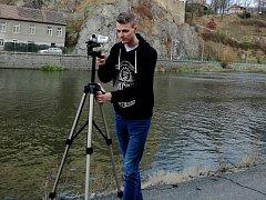 Devatenáctiletý student Miloslav Pecha z Kožlí u Ledče nad Sázavou natočil video pro brodskou Charitu. Foto: Archiv Miloslava Pechy