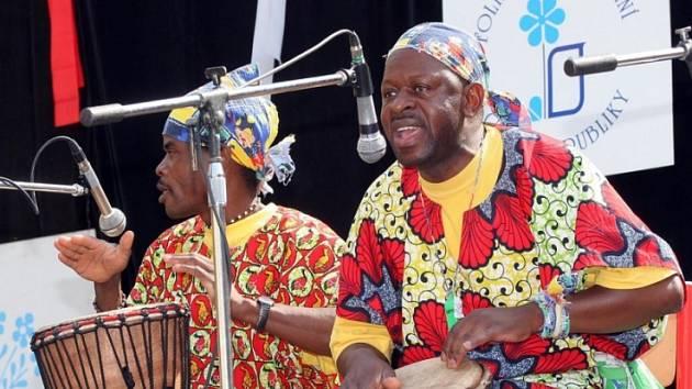 Tak se hraje u nás. Vystoupení konžských hudebníků bylo originálním zpestřením folklorního festivalu ve Světlé nad Sázavou.