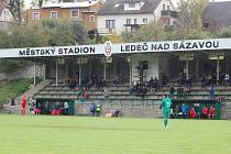 Městský stadion používají sportovci v Ledči už 40 let den co den. A je to na něm znát.