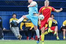 POTVRDILI POZICI LÍDRA. To se povedlo fotbalistům Štoků (v červeném), kteří i díky dvěma gólům v závěru prvního poločasu dokázali vyhrát v Lučici 3:0.