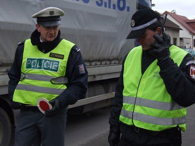 Strážníci a policisté spojili síly. Ve čtvrtek proběhla neobvyklá policejní akce zamířená na řidiče jedoucí na křižovatce Masarykovy, Humpolecké a Dolní ulice na červenou, a také na ty, kteří si nedovoleně krátí cestu projížděním přes čerpací stanici.