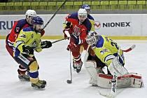 Havlíčkobrodští hokejisté (v červeném na archivním snímku z utkání proti Kobře) podali v Klatovech zodpovědný výkon a z ledu třetího týmu tabulky přivezli cenné tři body do tabulky.