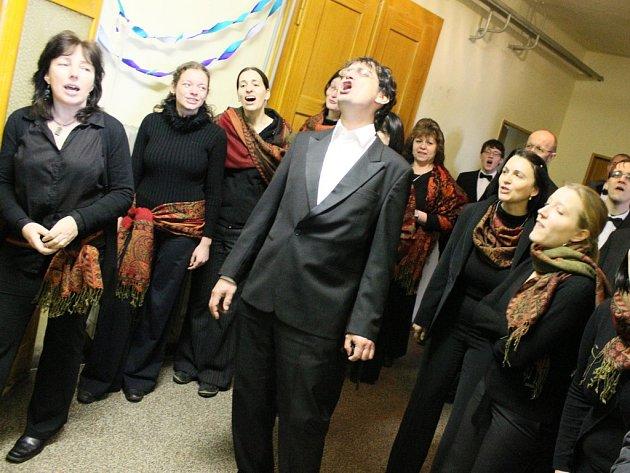 Bohemiachor v čele s dirigentem Michalem Hájkem v Havlíčkově Borové.