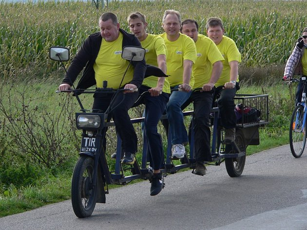 Na kole netradičně. Milan Plodík (uprostřed) zahájil svou předvolební kampaň v Nížkově na Žďársku. Přijal pozvání tamních mladých lidí a projel se s nimi na netradičním kole.