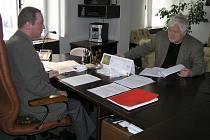 Nezaměstnanost se v posledních měsících po krachu světelských skláren vyšplhala na Havlíčkobrodsku pořádně vysoko. O situaci na trhu práce diskutuje ředitel Martin Kouřil (vlevo) nejen v tisku, ale i například se senátorem Petrem Pithartem.