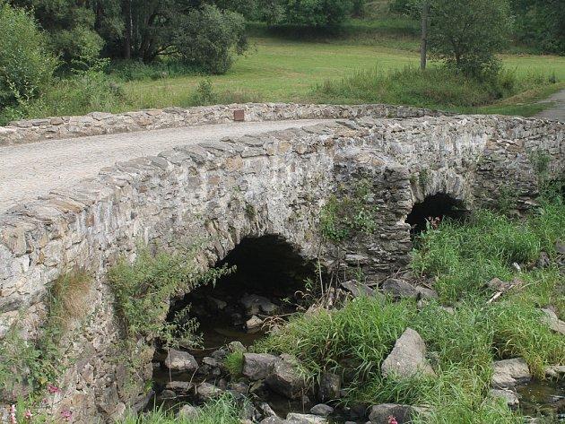 Jeden z deseti nejstarších českých mostů stojí zhruba dva a půl kilometru od obce Kamenná.
