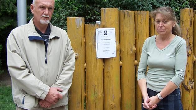 Hynek Blaško a Hana Šimánková vyvěsili smuteční oznámení svého zavražděného syna na místě, odkud chlapec zmizel v neděli 4. května.
