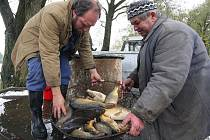 Hluboko ve studeném bahně lovili minulou sobotu hasiči v Hřišti svůj rybník. Na snímku zleva Jaromír Zadina a Miloslav Svoboda.