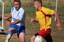 Hrdinou zápasu byl v prvním kole krajského poháru mezi Pohledem a Štoky Luboš Venc (v bílém), který dosáhl hattricku.