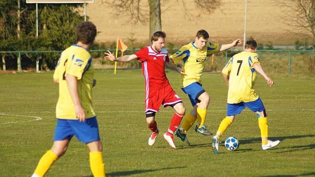 Výborné jaro zatím prožívají fotbalisté rezervy Nové Vsi (ve žlutých dresech). Všechny tři své jarní duely totiž vyhráli.