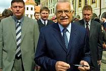 Václav Klaus se svojí ochrankou.