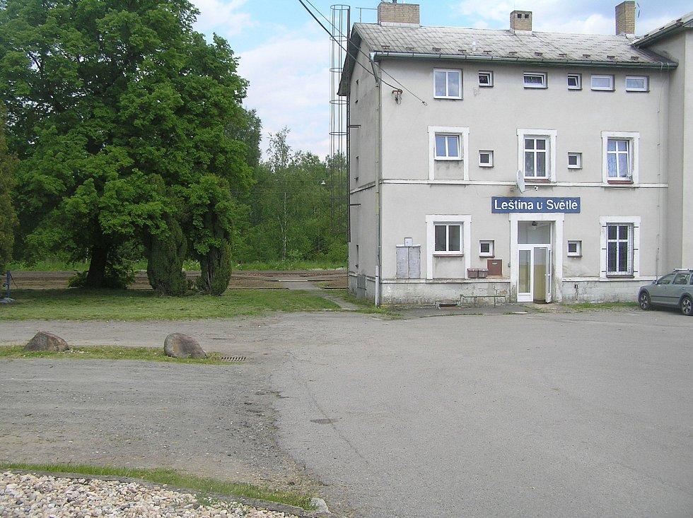 Kolem Leštiny už jedna dráha vede a ochranné pásmo kolem ní dělá obci starosti už léta.