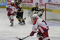 Šest bodů ztrácejí brodští starší dorostenci HC Rebel (v bílém) po výhře nad vedoucím celkem extraligové skupiny B Litvínovem v boji o postup do play-off.