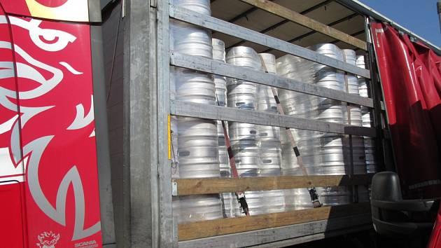 Kamion s polskou registrační značkou a s polským řidičem vezl téměř šest stovek pivních sudů. Jejich hodnota se blíží milionu korun.