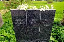 Pomník. U Boudova rybníka na kraji silnice z České Bělé do Macourova stojí kamenná deska se jmény tří mužů. Úkladně je zastřelili ustupující Němci.