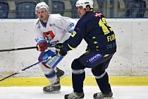 Body z venku si přivezli hokejisté Světlé (v bílém), kteří vyhráli na ledě Chocně 4:3.