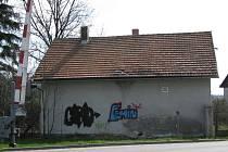 Tak dopadla po návštěvě sprejerů drážní budova čp. 60 u železničního přejezdu ve směru na Údavy.