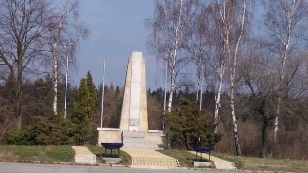 BUDE TU SKLAD DŘEVA? Plochu kolem památníku by rád koupil František Škarha pro skladování řeziva. Část Leškovic je ale proti.