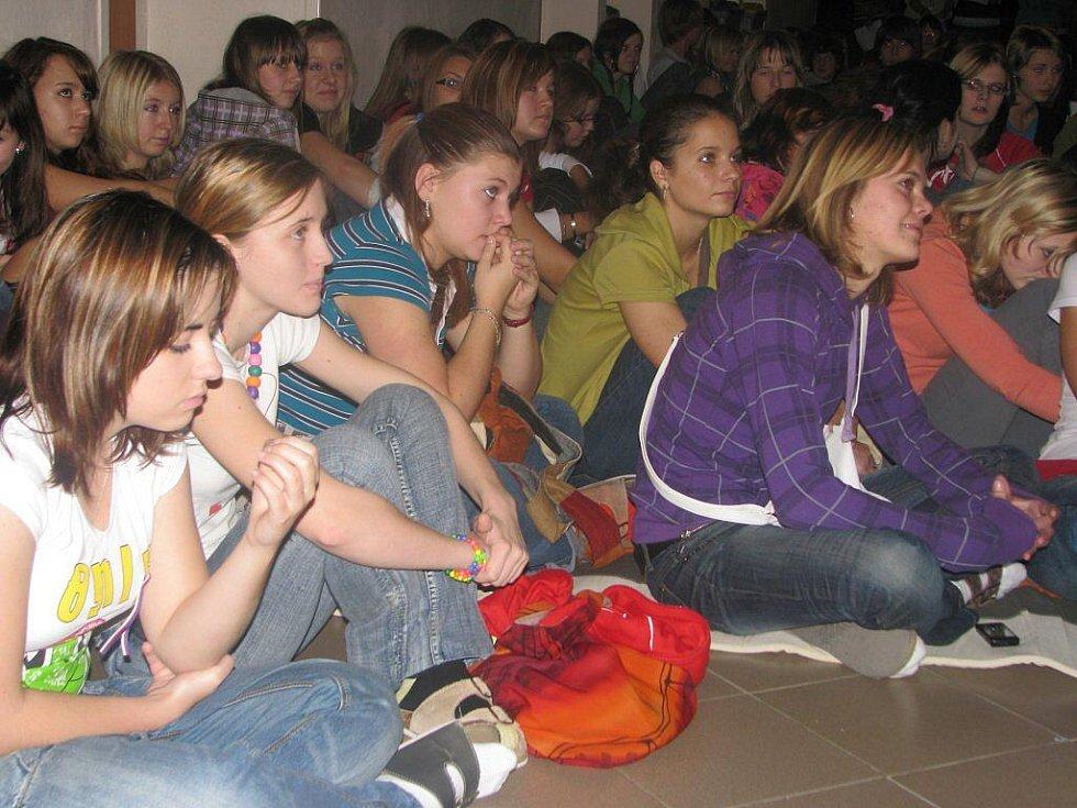 Studenti i učitelé havlíčkobrodské Obchodní akademie a Hotelové školy prožili středu jako Den s trikolórou. Věnovali se listopadu 1989 v Československu podrobně. Nechyběl ani koncert Pavla Lutnera, který zahrál všechny známé písně  Sametové revoluce.