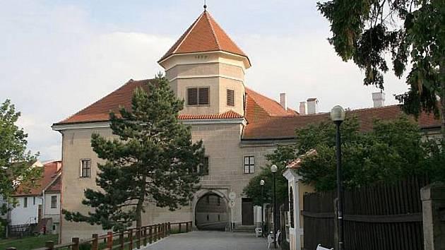 Státní zámek v Telči na Jihlavsku navštívilo letos v červenci denně kolem jednoho tisíce lidí, což je podle kastelána Bohumila Norka přibližně o dvě stovky víc než loni.
