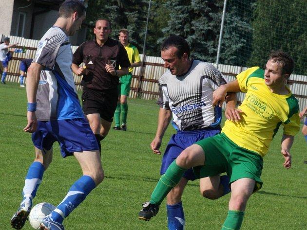 Světelský Jiří Valenta (u míče vlevo) se z obranné řady posunul do útoku a podepsal se pod první světelský gól.
