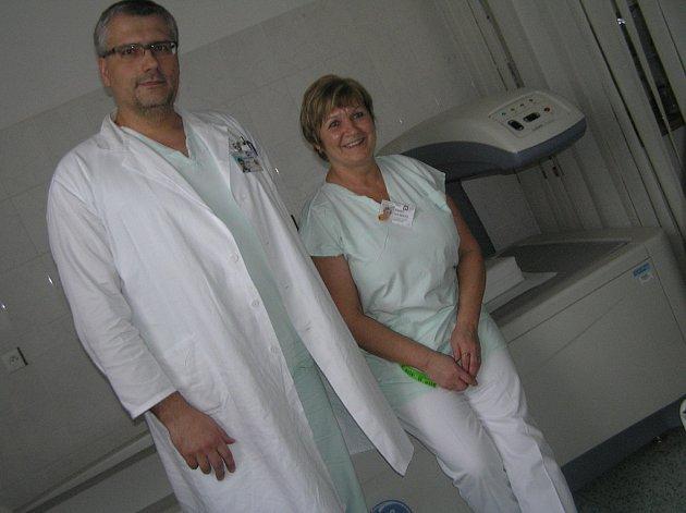 Osteocentrum. Podle primáře Františka Šenka se řídnutí kostí nevyhýbá ani mužům.