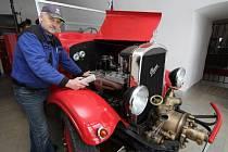 DEN S MAZNIČKOU. Milan Pátek, starosta SDH v Žižkově Poli a kustod ústředního hasičského muzea v Přibyslavi, už nyní chystá, promazává a seřizuje osmdesát let starý požární automobil Praga RN. Vůz již v květnu čeká dlouhá cesta.