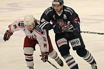 Byli produktivnější. Roman Vondráček (na snímku vlevo v duelu s Benátkami nad Jizerou) žehral po utkání s Ústím nad Labem na nízkou střeleckou potenci svého týmu.