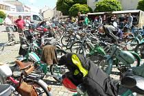 """Počasí přálo. A to bylo v sobotu ve Světlé nad Sázavou důležité. Setkání majitelů mopedů tak nic nezkazilo. Ti své """"miláčky"""" nejprve pěkně vystavili na odiv na náměstí Trčků z Lípy."""