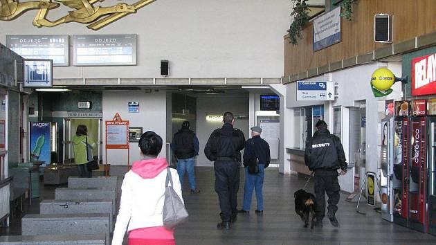 Ochranka má na brodském nádraží téměř nepřetržitou službu.