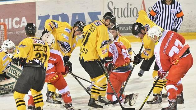 Hokejisté Žďáru nad Sázavou (v červeném) zvládli důležitý souboj se Sokolovem, který počastovali devíti brankami. Tři z toho zaznamenali ve vlastním oslabení.