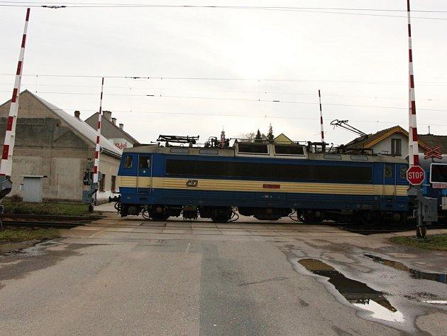 Nebezpečí. Na vlakovém přejezdu v Golčově Jeníkově několik dnů nefungovalo signalizační zařízení a závory zůstávaly zvednuté.