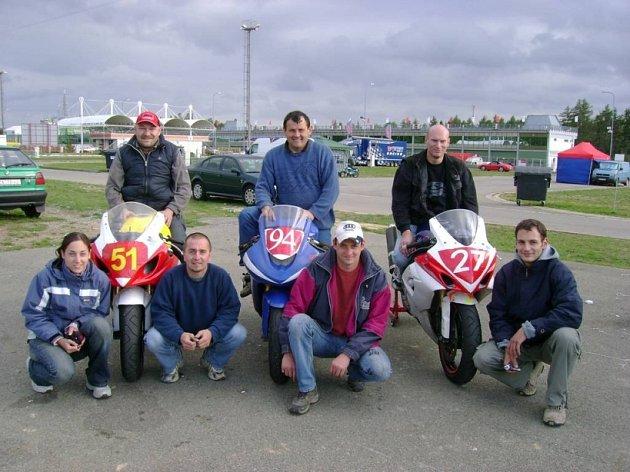 Mají důvod k úsměvu. Lenka Šidláková, Vít Hlavenka, Jaroslav Štecher, Lukáš Fejt (dole zleva), Pavel Špaček, Jaroslav Štecher st. a David Böhm jsou s letošní sezonou více než spokojeni.