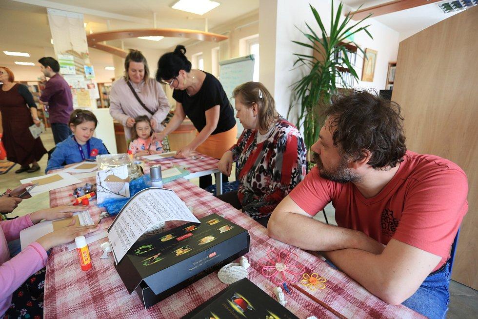 Společně tvoření dětí a klientů Domova Háj.