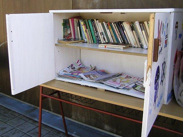 Knihovna na koupališti v Přibyslavi je k dispozici všem zdarma.