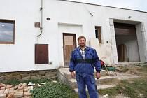 Při rozhovoru se starostou sboru hasičů ve Věži, si nebylo kam sednout. Malé skladiště se proměňuje v prostornou zbrojnici. Starosta sboru Luboš Liška (na snímku) věří, že ji do Vánoc otevřou.