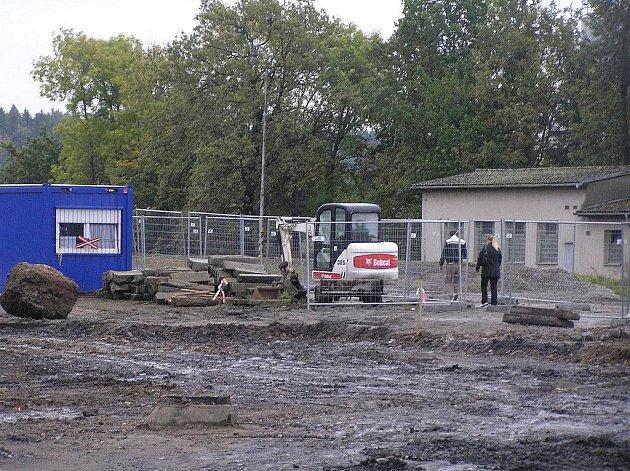Prostor před vlakovým nádražím v Chotěboři patří strojům.