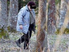 V Národní přírodní rezervaci Ransko nachytali žďárští ochranáři několik výletníků, kteří si z lokality odnášeli zákonem chráněné bledule. Žena na snímku je jednou z těch, které stráž fotoaparátem zachytila při činu.