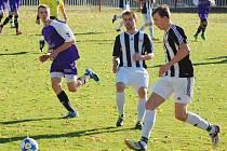 Prohru si o víkendu připsali fotbalisté Ledče (v pruhovaném), kteří prohráli s účastníkem krajského přeboru z Humpolce 4:1.