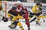Hokejisté Žďáru dvakrát po sobě hráli na ledě soupeře a v obou případech zvítězili výsledkem 3:2 po prodloužení. Havlíčkův Brod (červeném) kvůli technickým problémům na stadionu Valašského Meziříčí zápas neodehrál.