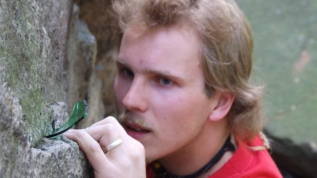 Nebezpečí. Atraktivní skály nedaleko Chotěboře lákají příznivce sportovního lezení. Spousta střepů rozesetých po stěnách ale představuje velké nebezpečí.