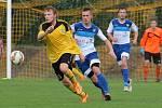 Michal Najman (ve žlutém) se postupně přeškoloval na útočníka.