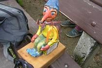Autorem sochy putovního debila je havlíčkobrodský výtvarníkPavel Fiala.