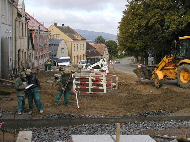 Archivní snímek z rekonstrukce náměstí v Lipnici.