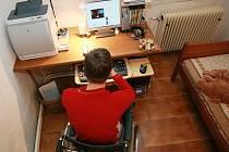 Pro mladé handicapované, kteří ovládají moderní techniku, může být šancí práce z domova. Uplatní se třeba  jako tvůrci webových stránek firem a organizací.
