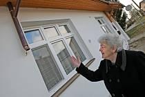 Stříbrnohorští investovali velké peníze, aby měli obec hezčí. Během jediné noci jim ale z budovy úřadu a mateřské školy někdo otrhal měděné okapy. Starostka Marie Kolláriková (na snímku) oslovila policii i poslance.