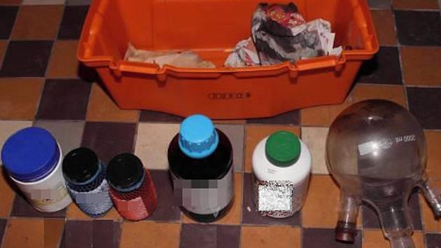 V domku policisté našli i chemikálie a nádoby potřebné k výrobě drogy.